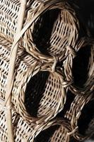 traditionell naturlig halmkorg av trä foto