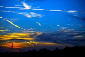 mörka och mjuka moln på himlen foto