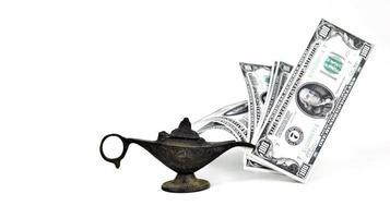 pengar kontanter finans conceps och aladdin lampa foto