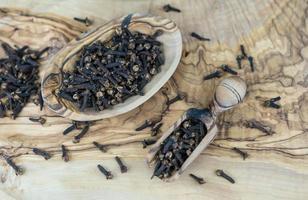 torkad kryddnejlika på olivträ foto