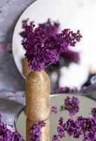 bakgrund med kopia utrymme tomt på bordet med lila lila blomma. foto