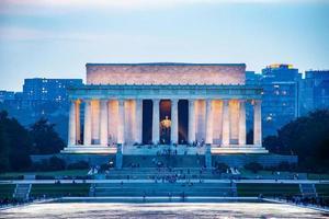 Lincoln Memorial reflekteras över reflektionsbassängen när skymningen foto