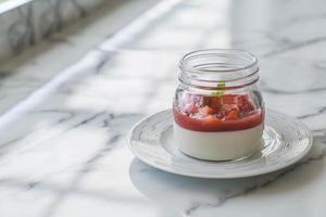 hemlagad dessert panna cotta med jordgubbsås foto