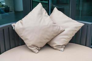 vacker lyxig uteplats med kudde på soffan foto