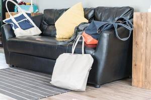 läderväska på svart skinnsoffa foto