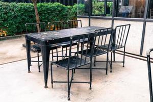 tom stol och bord runt utomhusdäck foto
