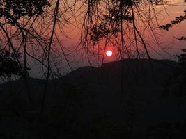 solnedgångsvy på kullen foto