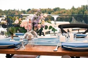 bröllop eller annan händelse dekoration bord uppsättning utomhus foto