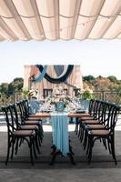 bröllopsevent utomhus dekoration setup, sommartid foto