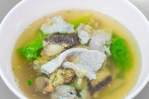 fläsk med grönsaker i soppan foto