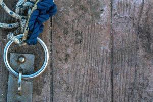 rostig kedja och rep nära bryggan foto