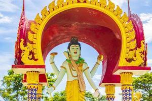 färgglad staty vid wat plai laem -templet på Koh Samui -ön, Thailand, 2018 foto