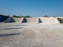 tre sorters sand på fabriken som tillverkar betongen foto