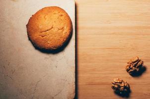 kex på en stenbordsyta med valnötter foto