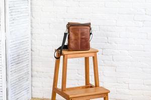 vacker brun väska av läder avsedd för olika föremål foto