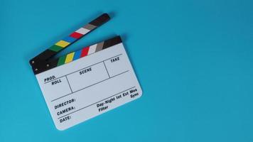clapperboard eller filmskiffer på blå bakgrund. foto