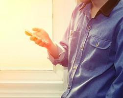stilig man som använder mobil smartphone hemma foto