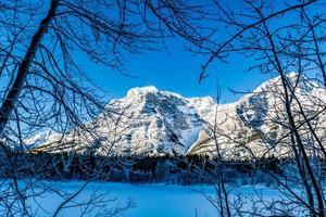 vintern vid kildammen. spray valley provincial park. foto