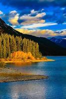 höstfärger vid övre kananaskis sjö. Peter Lougheed provinspark foto