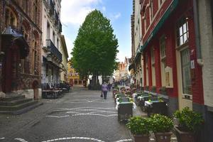 Brygge, Belgien - 29 april 19, turist som går förbi tomma restauranger foto