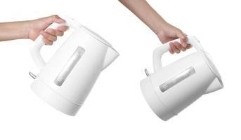 hand hälla vatten från modern vattenkokare vattenpanna på vit bakgrund foto