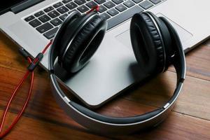 telefon och bärbar dator för att redigera musik foto