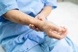 asiatisk senior kvinna patient smärta arm och handled foto
