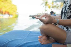 kvinna gör lotusställning närbild foto