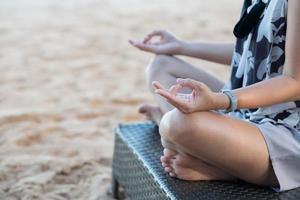 gör yoga sittande på golvet foto