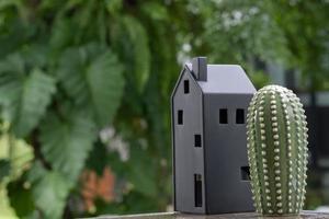 miniatyrhusmodell med grön naturbakgrund foto