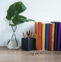 bunt med böcker på skrivbordet. foto