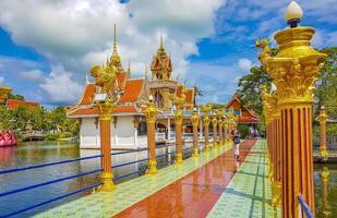 färgglad arkitektur och statyer vid wat plai laem -templet på Koh Samui -ön, Surat Thani, Thailand foto