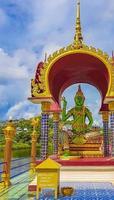 färgglada gudstatyer och arkitektur wat plai laem tempel thailand. foto