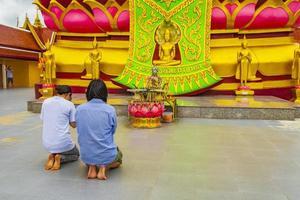människor ber vid stora buddha wat phra yai tempel på Koh Samui, Thailand foto