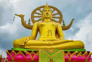 gyllene buddha -staty vid Wat Phra Yai -templet, Koh Samui, Thailand foto