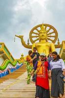 människor vid den gyllene buddhastatyn vid wat phra yai -templet, koh samui, thailand, 2018 foto