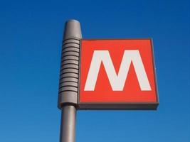 tunnelbaneskylt över blå himmel foto