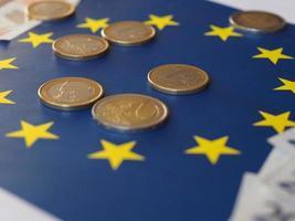eurosedlar och mynt, Europeiska unionen, över flagga foto