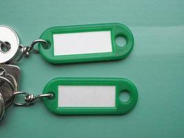 gröna nyckelringar och nycklar foto