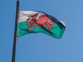 walesiska flaggan av wales över blå himmel foto