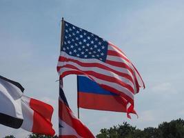 brittiska, ryska och amerikanska flaggor foto