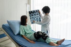 ortopedist visar mri till patient som har knäskada från olycka foto
