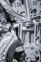 skuren del av bilmotorn visar kolv och vevstång foto