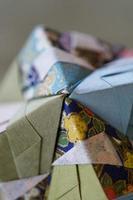 arrangemang med origami gjort objekt foto