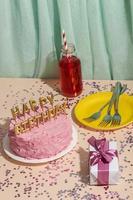 födelsedagskoncept med välsmakande tårta foto
