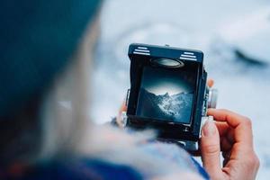 utsikt över bergslandskapet genom sökaren på den gamla kameran foto