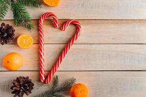 hjärta av julgodis på träbakgrund. foto
