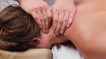 nackmassage på spa. handling. professionell avkopplande huvud- och nackmassage på spa. trevlig massage för att koppla av efter hårt dags arbete foto