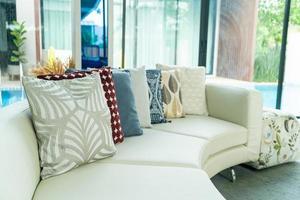 kuddar dekoration på en soffa i ett vardagsrum foto