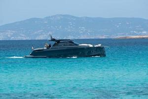 formentera, spanien 2021- båtar förtöjda vid kusten av ses illetes beach i formentera, balearerna i spanien foto